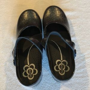 NEVER BEEN WORN! Sanita size 9 clogs w strap